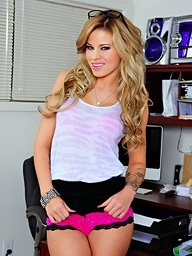Beautiful beauteous Jessa Rhodes needs on hold on tap..